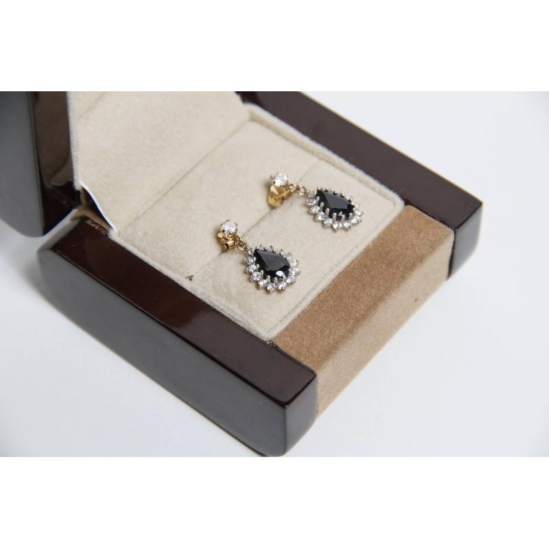 une paire de boucles d 39 oreille saphir dans sa boite hoteldesventeschatou. Black Bedroom Furniture Sets. Home Design Ideas