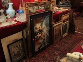 Salle des ventes (tableaux, miroir)