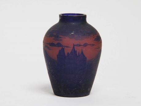 petit vase en verre multicouche chateau dans un paysagge lacustre signe deeau egrenure au col. Black Bedroom Furniture Sets. Home Design Ideas