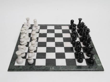 un echiquier en marbre et ses pieces hoteldesventeschatou